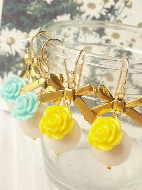 薔薇カボションとマットパールのリボンフックピアス新色2