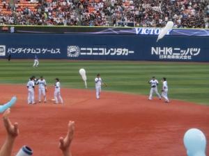 内野に集う野手陣。勝利の儀式へ…