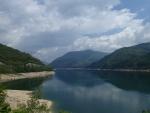 荘川桜から御母衣湖を望む。