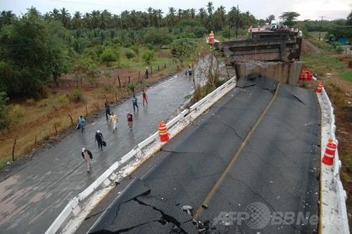 img_e5b2dfbd695934f45e5cc0e0958255a8232521メキシコ南部ゲレロ(Guerrero)州テクパン・デ・ガレアナ(Tecpan de Galeana)で、地震により一部が崩壊した道路橋