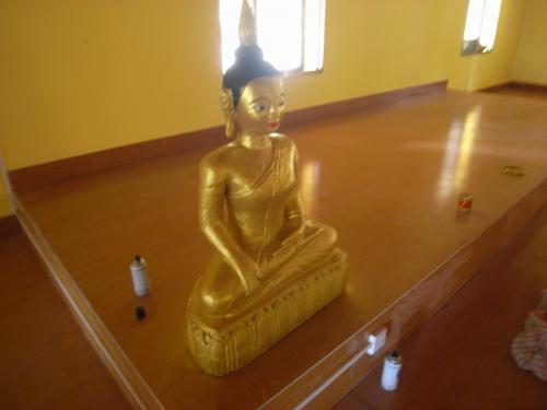 500_31853745この仏像、よくみると隣りにあるのはスプレーのペンキ。。。これで塗ったのか?
