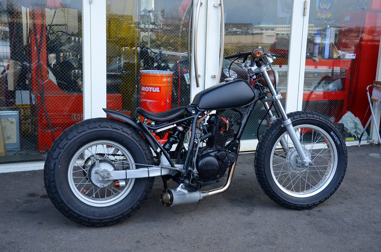 tw200 bobber with Blog Category 46 on Japan as well 561 Yamaha Tw200 key 12 in addition Bobbert2 in addition Yamaha Sr400 Motorcycle as well Die Schonsten Yamaha Sr 400500 Umbauten.