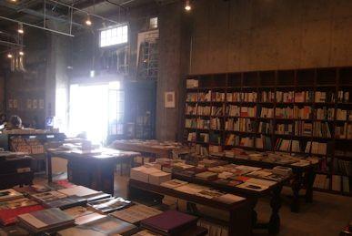 本に囲まれたカフェ