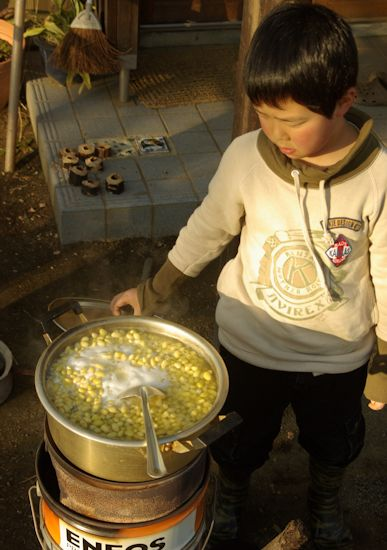 ロケットストーブで大豆を煮る