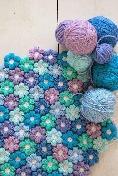 こんなかわいいお花のラグの編み方を紹介しているブログを見つけたので紹介したいと思います♪