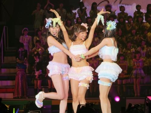 【画像】NMB48のステージ衣装がエロ過ぎると話題に