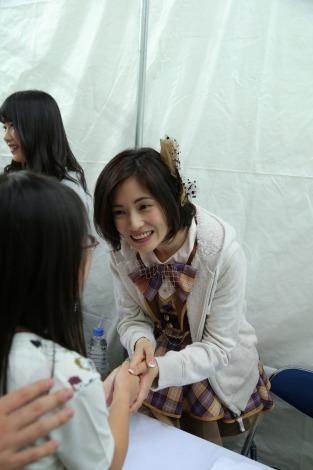 【AKB48】大人AKB塚本まり子(37)、ミニスカ衣装で握手会デビュー ファンの応援に「すごくうれしい」
