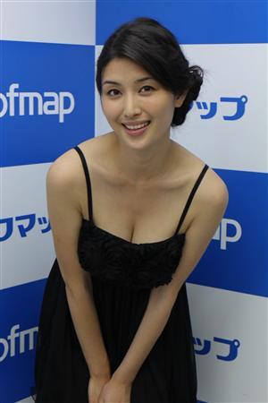 """【グラビア】""""団地妻""""橋本マナミ、結婚はまだ先「35歳くらい」"""