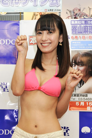 フリーアナウンサーの脊山麻理子(34)がファースト写真集『SEYAMA』発売