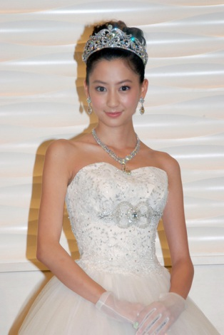 """【芸能】河北麻友子、""""7億円""""の花嫁姿披露「25歳になったらすぐ結婚したい」"""