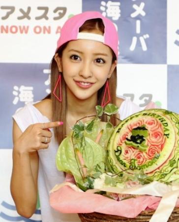 【アゴ】ともちんこと板野友美、23歳誕生日でスイカケーキに感激!不安を感じる程にアゴ尖がり過ぎへ