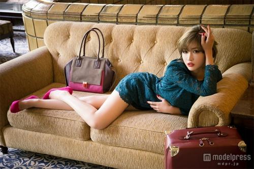 紗栄子、大胆美脚ショット公開 ホテルで魅せるSEXYすぎる色気