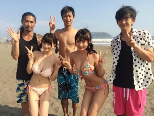 【画像】海で巨乳の水着の女の子が撮影される