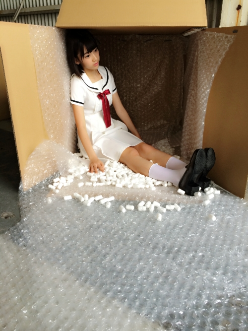 HKT48宮脇咲良(16) ダッチワイフをテーマにした下品な撮影を要求される→知らずに応じてしまう