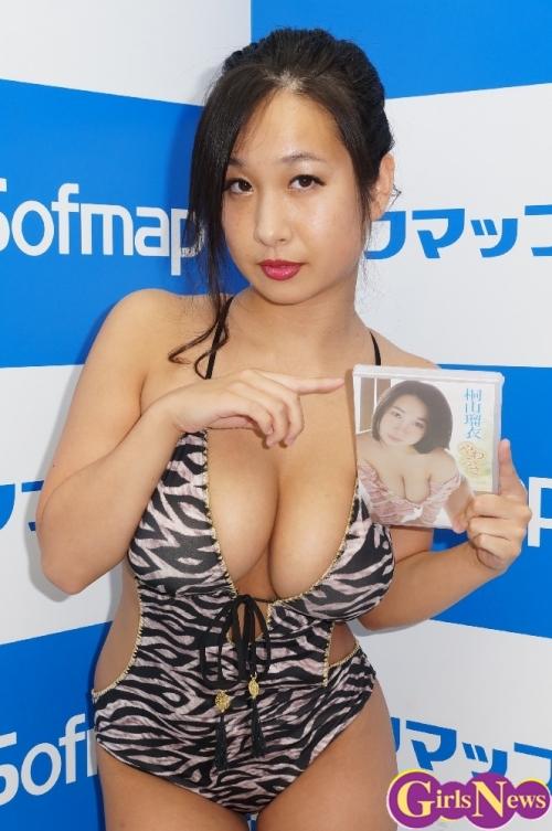 桐山瑠衣さん、バリ島で胸の成長が止まってないことをアピール!「Iカップ最後の作品となってしまいました」