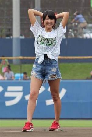 モデル・久松郁実(18)が始球式でノーパンピッチング