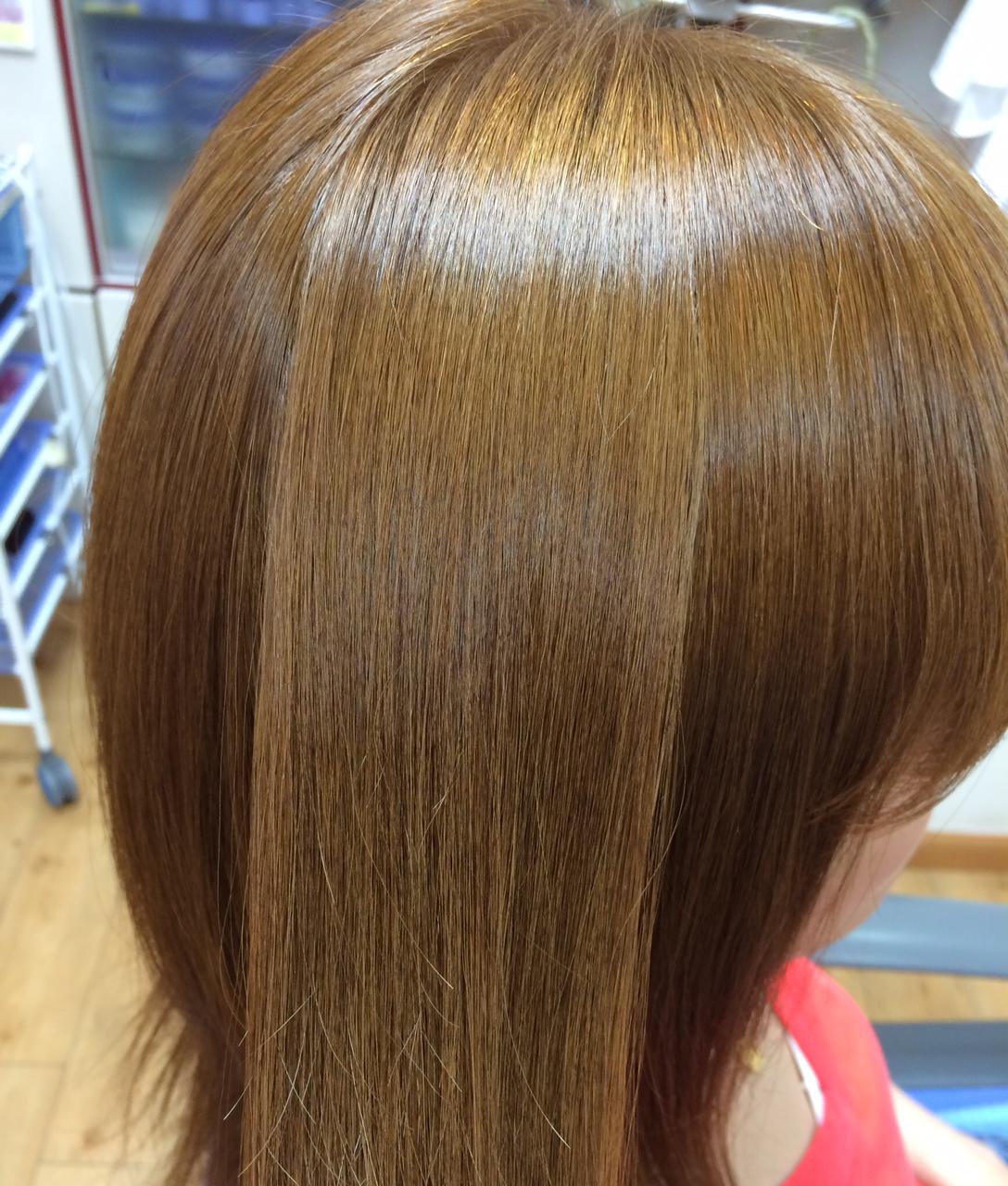 アッシュゴールドカラー ミディアムヘアの縮毛矯正