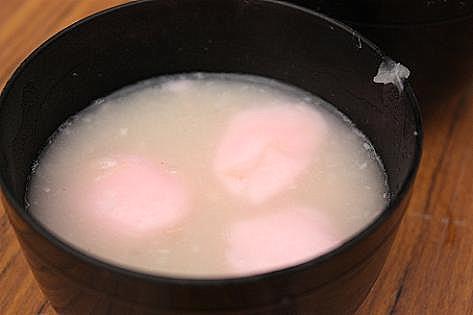 白いお豆とピンクのお餅♪