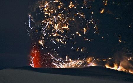 神の怒りか、火山雷