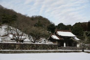 雪の中の校門と楷