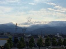 雲がなんか留年辺に突き抜けるて盛り上がったみたいなところがある。なんだ?これ