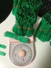 余ってた十本の束を足したら丁度同じ重さになった。一つだけ90本の束があったんだな。