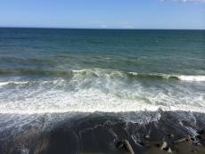 海岸まで来てみると、水が濁ってる。風が強いし波が高いので、海底の砂が巻き上げられてるのだろう。ひょっとして台風の影響だろうか?
