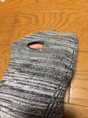 なんか足の裏に違和感が、と思ってたら、靴下に穴が。無印良品の直角靴下ってみんな同じところに穴が開くな。 #muji #無印