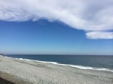 東の雲がない方は割と青く見える。
