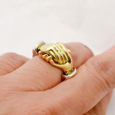 hands ring(重なり合う手の指輪)