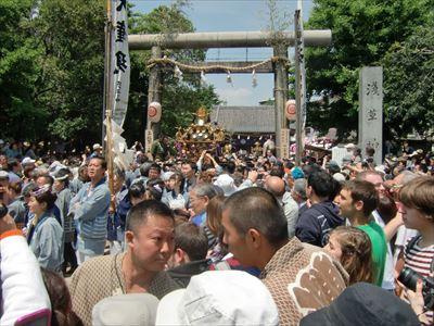 三社祭 浅草神社を出る町内神輿