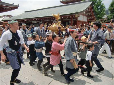 三社祭 本堂へ向かう子供神輿