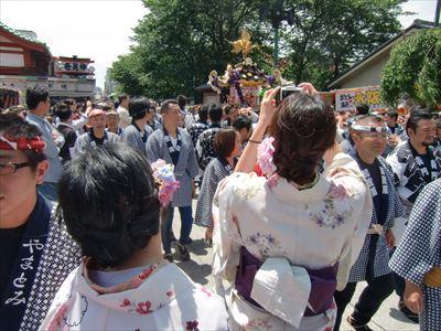 三社祭 デジカメを構える和服美人