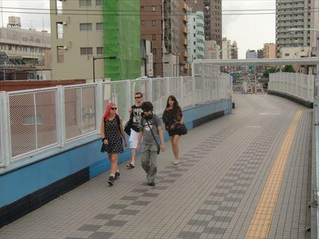 南千住駅前歩道橋を渡る外国人たち