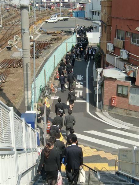 JR隅田川貨物駅へ向かう就活生