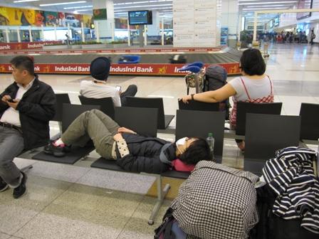 デリー空港でベンチ寝