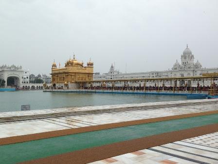 雨の黄金寺院