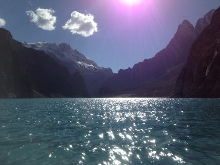 太陽ふりそそぐアッタバード湖
