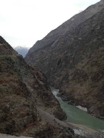 絶壁のインダス川