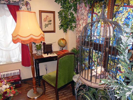水槽奥の机と鳥籠