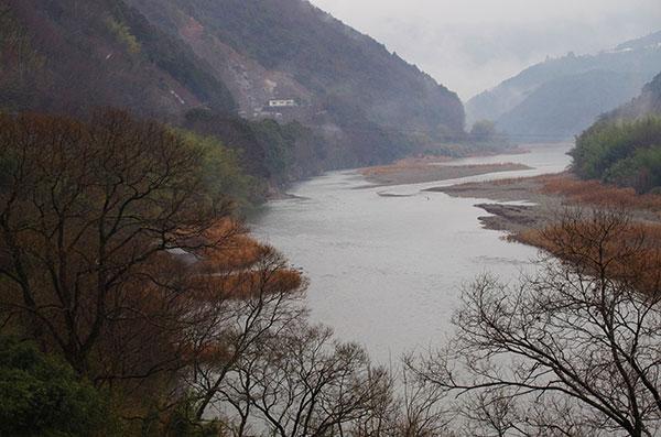 大洲市板野の肱川