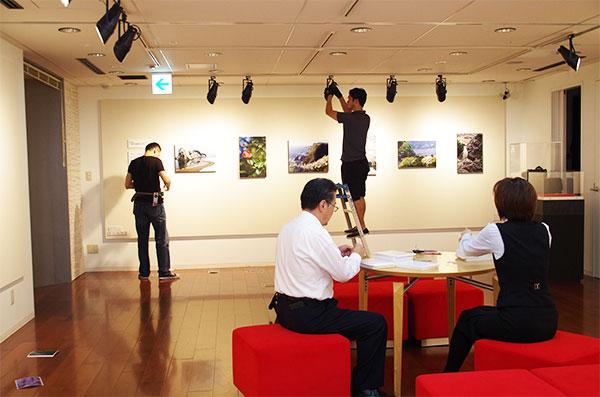 多賀谷真吾写真展 展示作業(2)