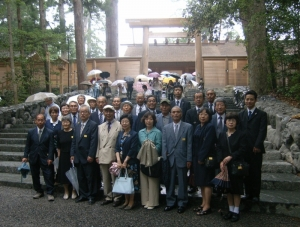 西磐井支部神宮参拝旅行、内宮での記念撮影(平成26年6月18日)