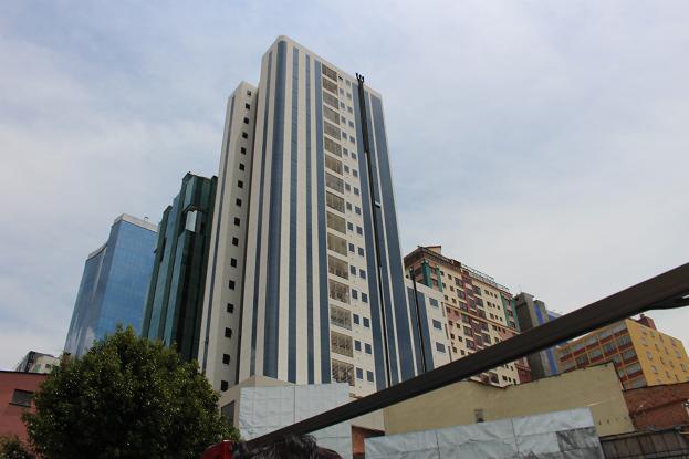 ボリビア・ペルー旅行:2階建てバス 街中 ビル