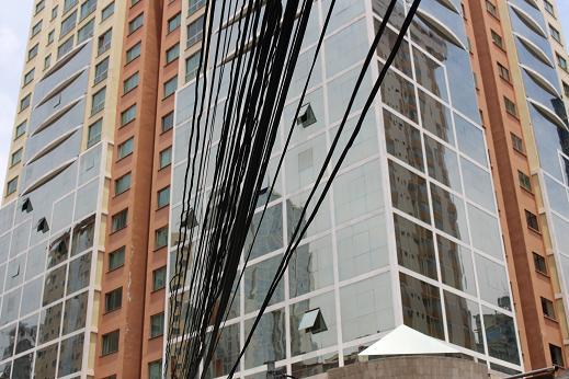 ボリビア・ペルー旅行:2階建てバス 電線2
