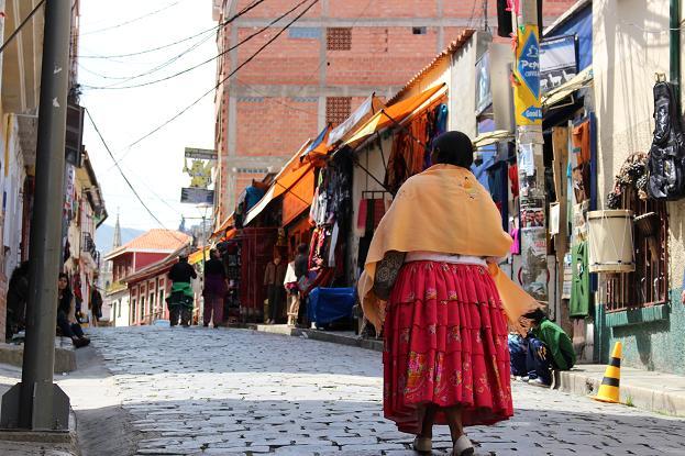 ボリビア・ペルー旅行:ラパス旧市街 サガルナガ通り 現地女性