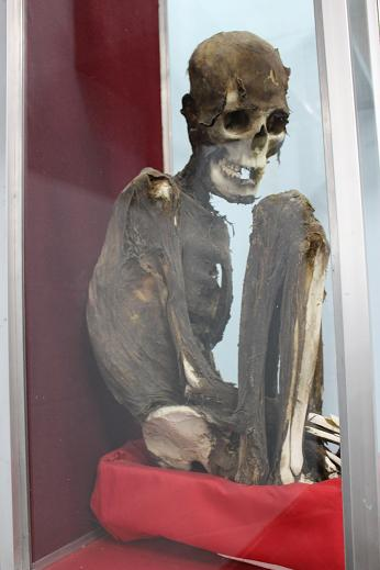 ボリビア・ペルー旅行:ウユニ塩湖 塩の博物館 ミイラ 座り