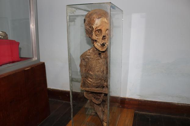 ボリビア・ペルー旅行:ウユニ塩湖 塩の博物館 ミイラ 座り2