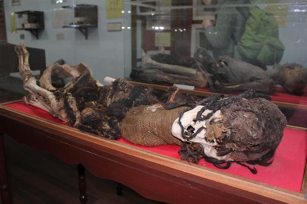 ボリビア・ペルー旅行:ウユニ塩湖 塩の博物館 ミイラ 女性