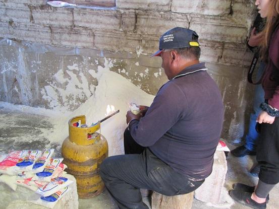 南米旅行:コルチャニ村 塩の精製所 塩つめ